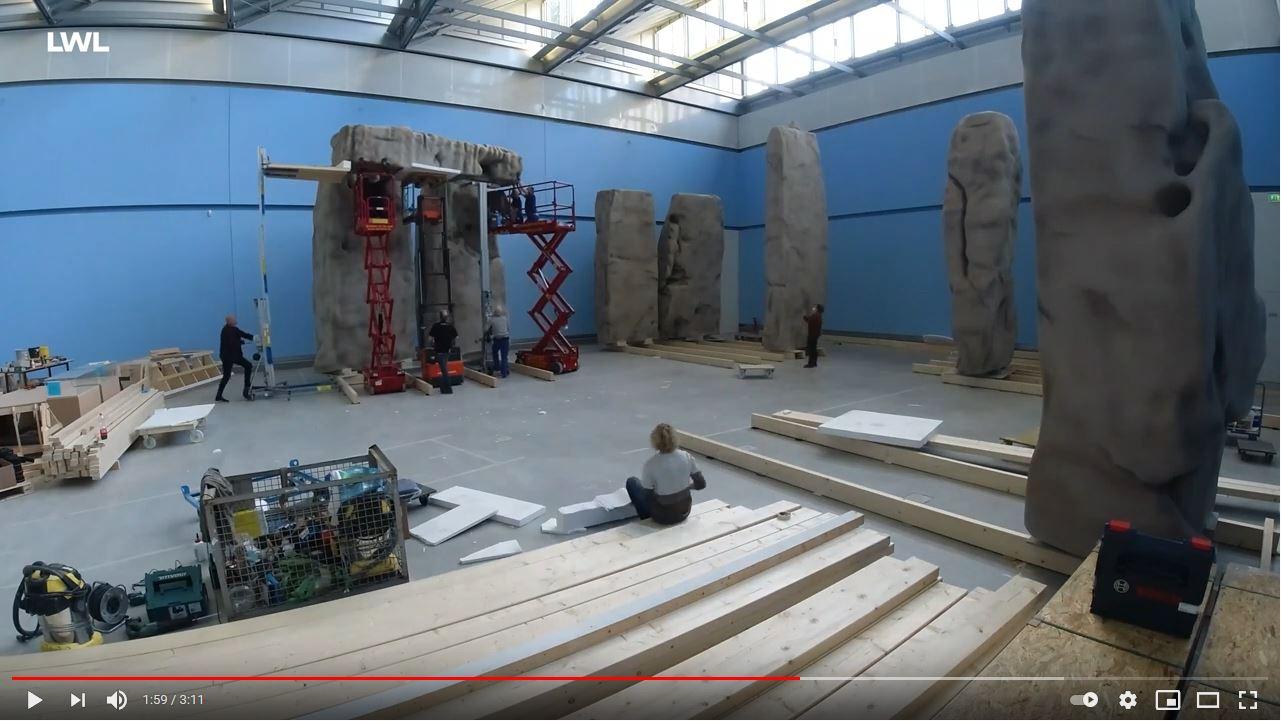 Der Aufbau der Stonehenge-Repliken im Zeitraffer-Video